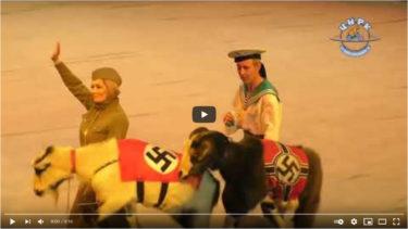 ロシアの公営サーカス団がサルにナチスの軍服を着せ、ヤギの背中にかぎ十字模様の布